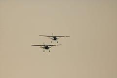 在天空的两个CESSNAS 图库摄影