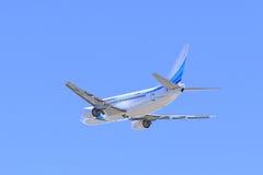 在天空的乘客波音飞机 免版税图库摄影