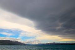 在天空的争斗关于普卡基湖 库存照片
