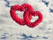 在天空的二心形的baloons, 免版税库存图片