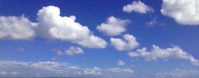 在天空的云彩在库塔海滩,巴厘岛上 免版税库存照片