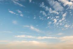 在天空的云彩在晚上 图库摄影