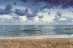 在天空的云彩在海滩 图库摄影