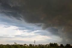在天空的云彩打算下雨 免版税图库摄影
