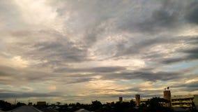 在天空的云彩,当日落 库存照片