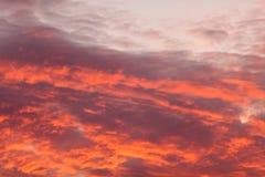 在天空的五颜六色的温暖的云彩在日落 库存图片