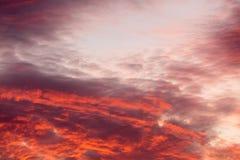 在天空的五颜六色的温暖的云彩在日落 免版税库存照片