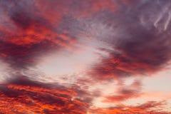 在天空的五颜六色的温暖的云彩在日落 图库摄影