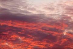 在天空的五颜六色的温暖的云彩在日落 免版税图库摄影