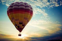 在天空的五颜六色的热空气气球飞行在日落 免版税库存照片
