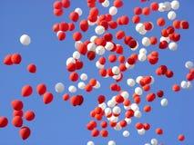 在天空的五颜六色的baloons 免版税库存照片