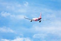 在天空的亚洲航空飞机 图库摄影