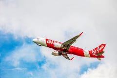 在天空的亚洲航空飞机 免版税图库摄影