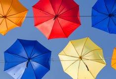 在天空的伞 免版税库存照片