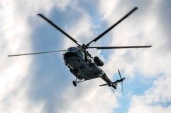 在天空的俄国直升机米-17在云彩背景的莫斯科  库存照片