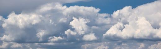 在天空的全景与剧烈的云彩 在天空的蓬松白色云彩适用于背景 r 阴云密布 免版税图库摄影
