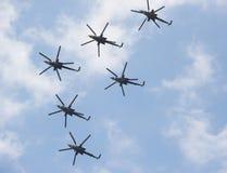 在天空的六架军用直升机 免版税库存照片