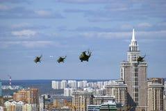 在天空的军用直升机 莫斯科市全景 免版税库存照片