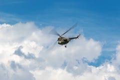在天空的军用直升机 库存图片