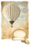 在天空的减速火箭的热空气气球与横幅,背景老纸纹理。 库存照片