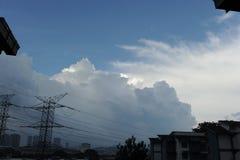在天空的剧烈的云彩 免版税库存照片