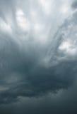 在天空的印象深刻的灰色云彩 库存照片