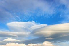 在天空的双突透镜的云彩 免版税库存照片