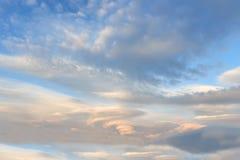 在天空的双突透镜的云彩 免版税库存图片