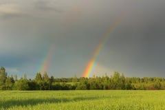 在天空的双重彩虹在风暴以后 图库摄影