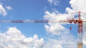 在天空的固定式起重机 免版税库存照片