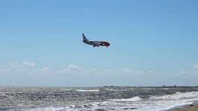 在天空的国际货物运送公司航空器飞行,着陆在机场 股票视频