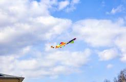 在天空的多彩多姿的风筝飞行 库存图片