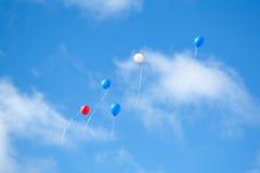 在天空的多色的气球 免版税库存照片