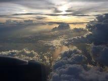 在天空的大灰色云彩 从飞机风的日落视图 免版税库存图片