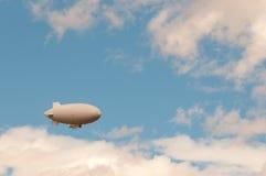在天空的天气软式小型飞艇 库存图片