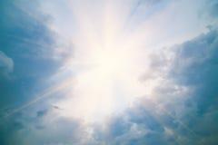 在天空的太阳在积云 免版税库存图片