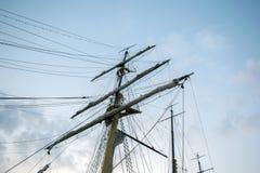 在天空的小船帆柱 免版税库存照片