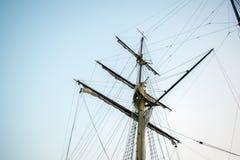 在天空的小船帆柱 库存图片
