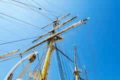 在天空的小船帆柱 免版税库存图片