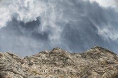 在天空的山 免版税库存图片