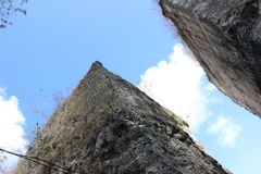 在天空的岩石 免版税库存照片