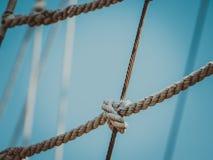 在天空的帆柱索具 库存照片