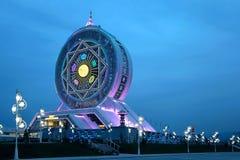 在天空的弗累斯大转轮作为背景,土库曼斯坦。 免版税库存图片