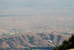 在天空的很多滑翔伞 库存图片