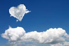 在天空的心形的云彩 免版税库存图片