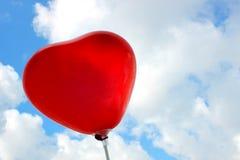 在天空的心形的baloons 免版税库存照片