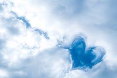 在天空的心脏云彩 免版税库存图片
