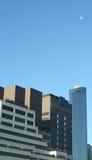 在天空的摩天大楼和月亮 库存照片