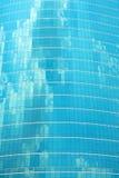 在天空的摩天大楼蓝色玻璃反射云彩 免版税库存图片