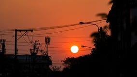 在天空的日落在剪影电杆后 股票录像